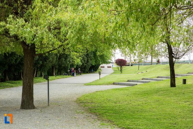 poza-din-gradina-publica-sau-parcul-municipal-constantin-brancusi-din-targu-jiu-judetul-gorj.jpg