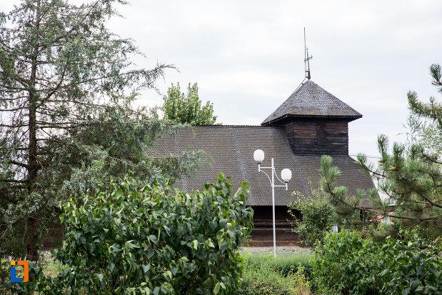 poza-din-lateral-cu-biserica-de-lemn-sf-nicolae-1748-din-slobozia-judetul-ialomita.jpg