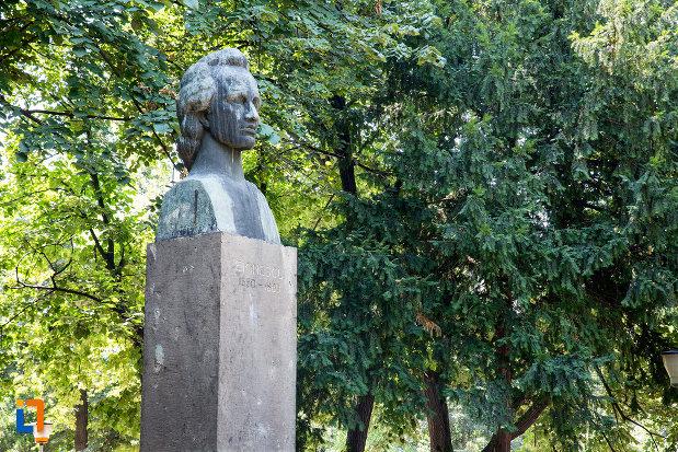 poza-din-lateral-cu-bustul-lui-mihai-eminescu-din-giurgiu-judetul-giurgiu.jpg