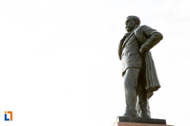 poza-din-lateral-cu-statuia-lui-anghel-saligny-din-constanta-judetul-constanta.jpg