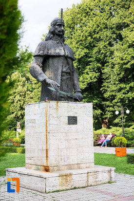 poza-din-lateral-cu-statuia-lui-vlad-tepes-din-targoviste-judetul-dambovita.jpg
