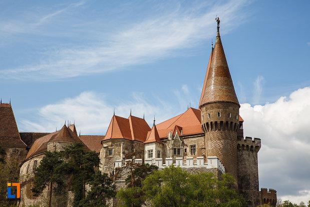 poza-indepartata-ci-castelul-corvinilor-azi-muzeu-din-hunedoara-judetul-hunedoara.jpg