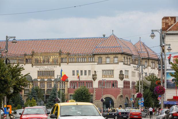 poza-indepartata-cu-palatul-culturii-filarmonica-biblioteca-si-muzeul-de-arta-din-targu-mures-judetul-mures.jpg
