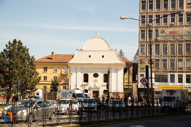 poza-indepartata-cu-sinagoga-din-alba-iulia-judetul-alba.jpg