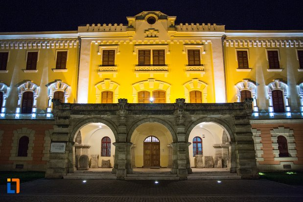 poza-nocturna-cu-muzeul-national-al-unirii-din-alba-iulia-judetul-alba.jpg