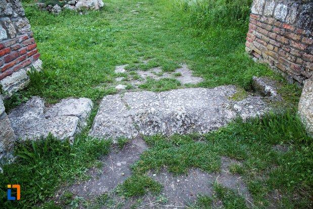 prag-de-piatra-de-la-asezarea-romana-sucidava-din-corabia-judetul-olt.jpg