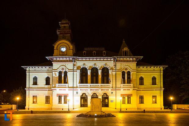 prefectura-judetului-gorj-din-targu-jiu-iluminata-de-noapte.jpg