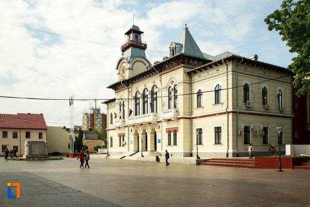 prefectura-judetului-gorj-din-targu-jiu-vazuta-dintr-o-parte.jpg