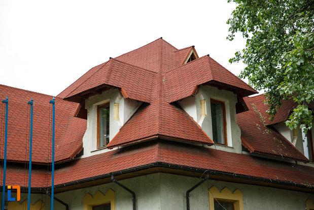prim-plan-cu-acoperisul-de-la-casa-cristache-solomon-din-focsani-judetul-vrancea.jpg