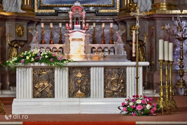 prim-plan-cu-altarul-din-bazilica-romano-catolica-din-oradea-judetul-bihor.jpg