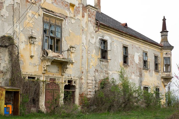 prim-plan-cu-ansamblul-castelului-teleky-din-uioara-de-sus-judetul-alba.jpg