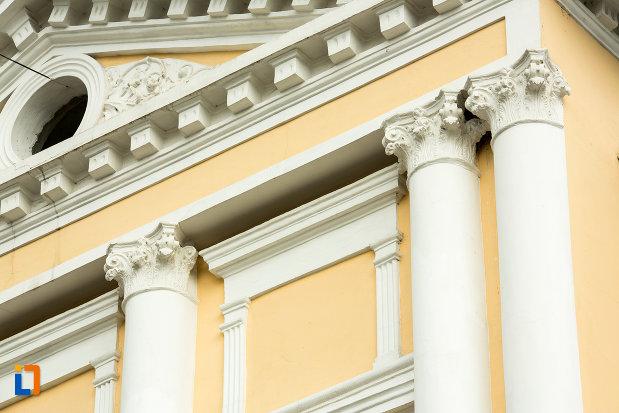 prim-plan-cu-arhitectura-de-la-muzeul-judetean-de-arheologie-si-istorie-din-targu-jiu-judetul-gorj.jpg