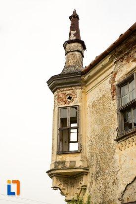 prim-plan-cu-balcon-de-la-ansamblul-castelului-teleky-din-uioara-de-sus-judetul-alba.jpg