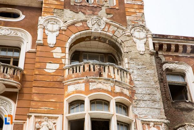 prim-plan-cu-balcon-de-la-pavilionul-6-din-baile-herculane-judetul-caras-severin.jpg
