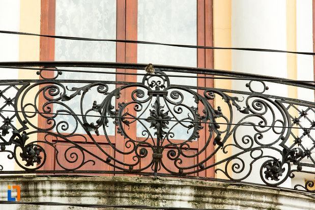 prim-plan-cu-balustrada-de-la-muzeul-judetean-de-arheologie-si-istorie-din-targu-jiu-judetul-gorj.jpg