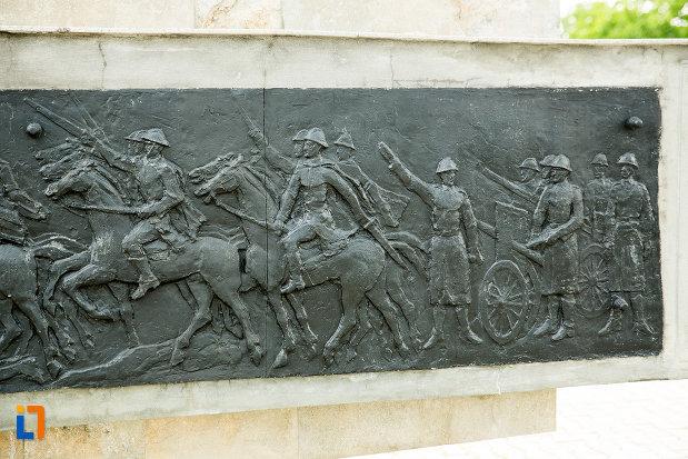 prim-plan-cu-baza-de-la-monumentul-eroilor-din-adjud-judetul-vrancea.jpg