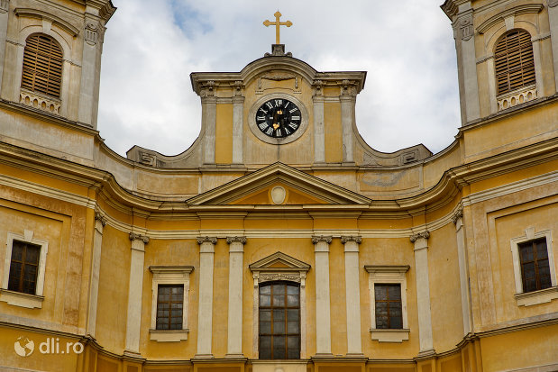 prim-plan-cu-bazilica-romano-catolica-din-oradea-judetul-bihor.jpg
