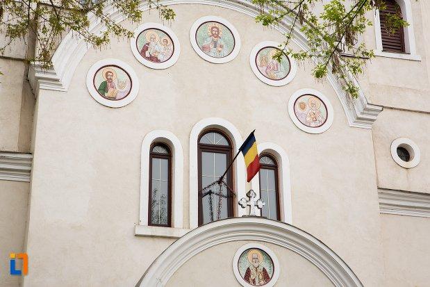 prim-plan-cu-biserica-ortodoxa-veche-din-ocna-mures-judetul-alba.jpg