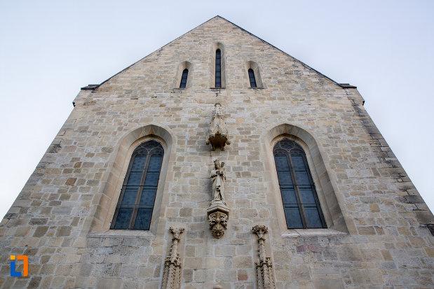 prim-plan-cu-biserica-romano-catolica-calvaria-din-cluj-napoca-judetul-cluj.jpg