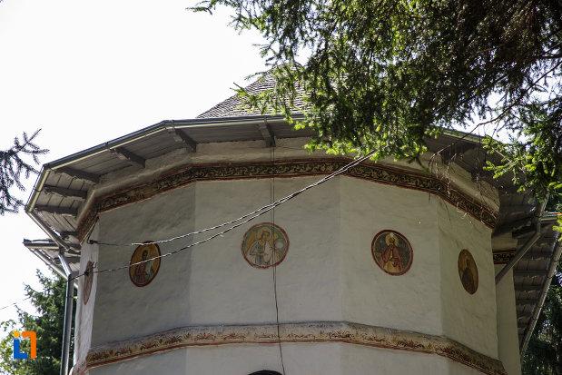 prim-plan-cu-biserica-sf-nicolae-din-breaza-judetul-prahova.jpg