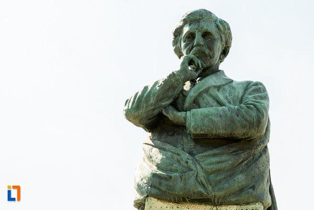 prim-plan-cu-bustul-lui-alexandru-vlahuta-din-ramnicu-sarat-judetul-buzau.jpg