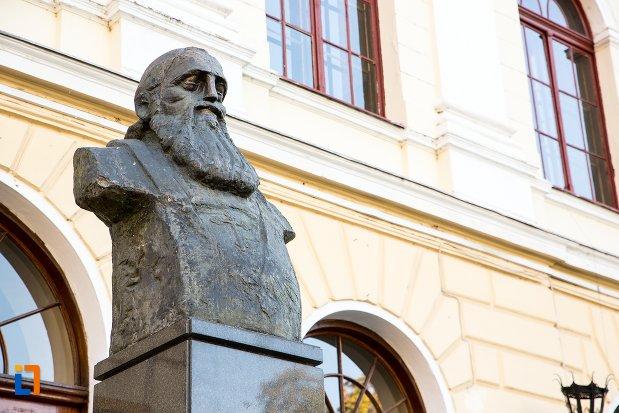 prim-plan-cu-bustul-lui-andrei-saguna-din-brasov-judetul-brasov.jpg