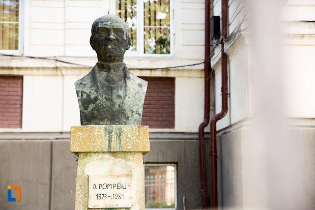 prim-plan-cu-bustul-lui-d-pompeiu-din-dorohoi-judetul-botosani.jpg