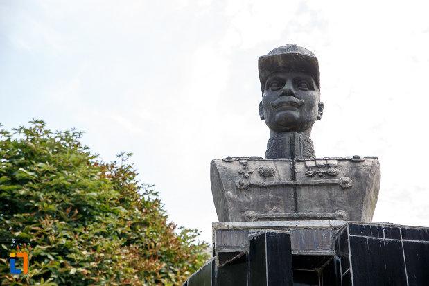 prim-plan-cu-bustul-lui-david-praporgescu-din-turnu-magurele-judetul-teleorman.jpg