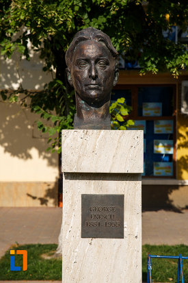 prim-plan-cu-bustul-lui-george-enescu-din-jimbolia-judetul-timis.jpg