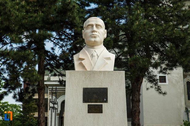prim-plan-cu-bustul-lui-gib-i-mihaescu-din-dragasani-judetul-valcea.jpg