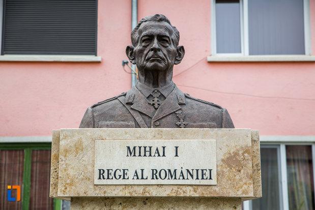 prim-plan-cu-bustul-lui-mihai-i-rege-al-romaniei-din-copsa-mica-judetul-sibiu.jpg