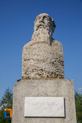 prim-plan-cu-bustul-lui-nicolae-iorga-din-centrul-localitatii-valenii-de-munte-judetul-prahova.jpg