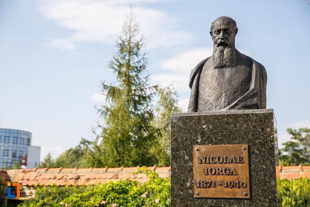 prim-plan-cu-bustul-lui-nicolae-iorga-in-curtea-casei-din-valenii-de-munte-judetul-prahova.jpg