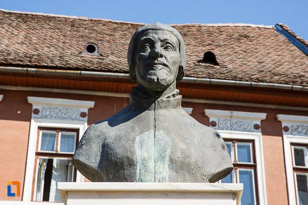 prim-plan-cu-bustul-lui-nicolaus-olahus-din-orastie-judetul-hunedoara.jpg