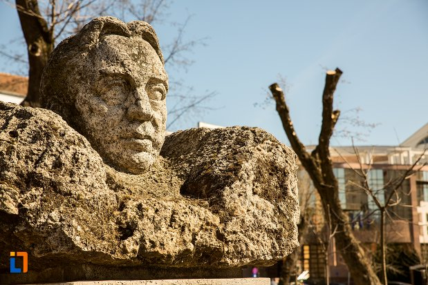 prim-plan-cu-bustul-lui-octavian-goga-grupul-statuar-din-fata-casei-de-cultura-a-studentilor-din-alba-iulia-judetul-alba.jpg