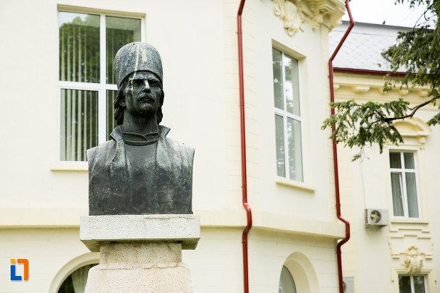 prim-plan-cu-bustul-lui-tudor-vladimirescu-din-caracal-judetul-olt.jpg