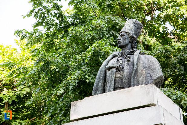 prim-plan-cu-bustul-lui-tudor-vladimirescu-din-targoviste-judetul-dambovita.jpg
