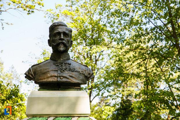 prim-plan-cu-bustul-medicului-general-dr-n-zorileanu-din-baile-govora-judetul-valcea.jpg