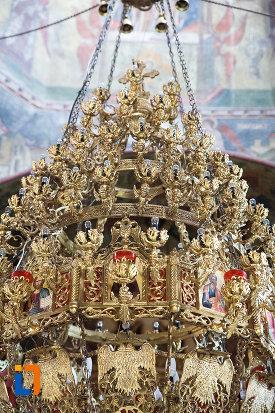 prim-plan-cu-candelabrul-de-la-manastirea-negru-voda-din-campulung-muscel-judetul-arges.jpg