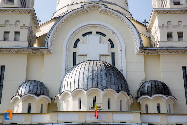 prim-plan-cu-catedrala-adormirea-maicii-domnului-resita-montana-judetul-caras-severin.jpg