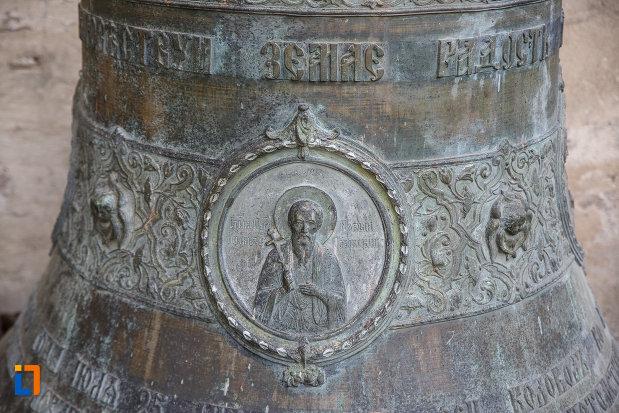prim-plan-cu-clopotul-de-la-manastirea-sf-ioan-cel-nou-din-suceava-judetul-suceava.jpg