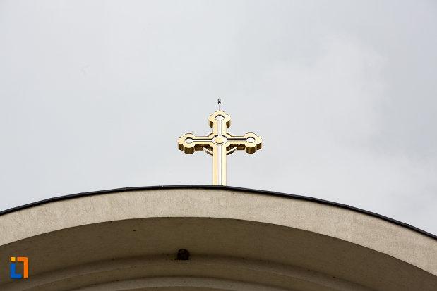 prim-plan-cu-crucea-de-pe-catedrala-invierea-domnului-si-sf-prooroc-ilie-tesviteanul-din-caransebes-judetul-caras-severin.jpg