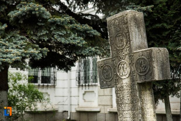 prim-plan-cu-crucea-de-piatra-din-ramnicu-valcea-judetul-valcea.jpg