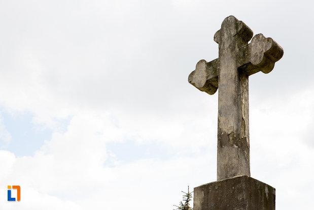 prim-plan-cu-crucea-identitatii-si-demnitatii-nationale-din-caransebes-judetul-caras-severin.jpg