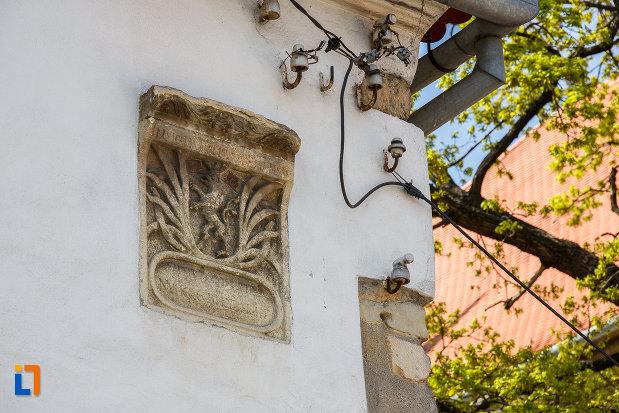 prim-plan-cu-detalii-de-la-casa-parohiala-evanghelica-vechea-capela-sf-iacob-din-sebes-judetul-alba.jpg