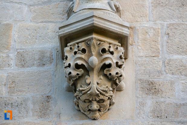 prim-plan-cu-detaliu-de-pe-biserica-romano-catolica-calvaria-din-cluj-napoca-judetul-cluj.jpg