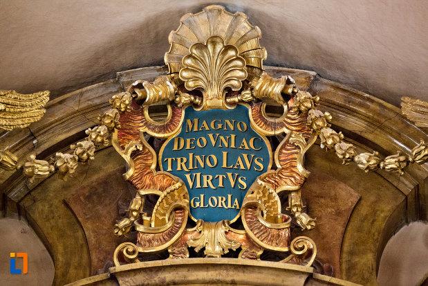 prim-plan-cu-detaliu-din-biserica-romana-catolica-sfanta-treime-din-cluj-napoca-judetul-cluj.jpg