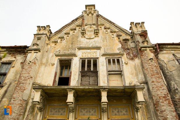 prim-plan-cu-fatada-de-la-ansamblul-castelului-teleky-din-uioara-de-sus-judetul-alba.jpg