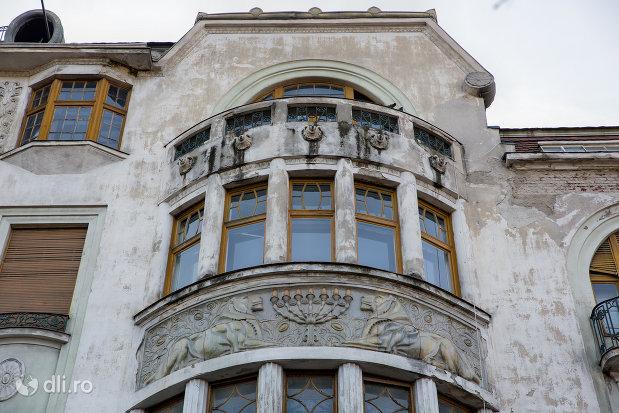 prim-plan-cu-fatada-palatul-ullman-din-oradea-judetul-bihor.jpg
