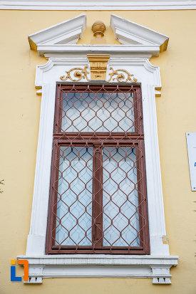 prim-plan-cu-fereastra-de-la-muzeul-parohial-din-saliste-judetul-sibiu-monument-de-arhitectura.jpg